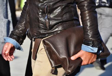 Come indossare una clutch da uomo